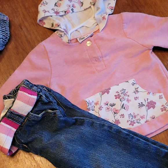 Sweatshirt with hood and jeans